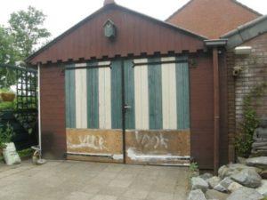 Verotte sctukken vervangen van de deuren van expositieschuur Chambre d'Amis van Ann Hoogendoorn